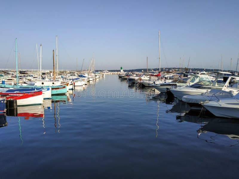 Cannes - petits yachts ancrés dans le port photographie stock