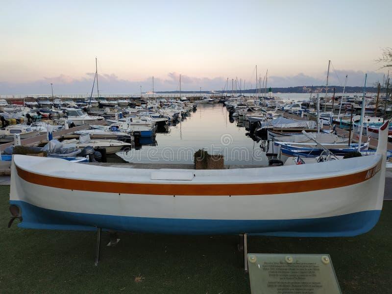 Cannes - petits yachts ancrés dans le port image libre de droits