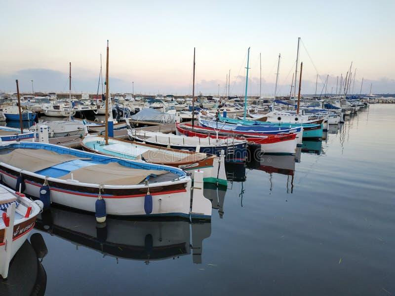 Cannes - petits yachts ancrés dans le port image stock