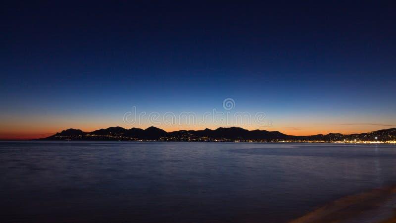 Cannes plaży nocy widok, Francja obrazy stock