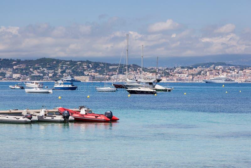 Cannes: vista da ilha de Lerins Iate pequenos e grandes ancorados fotografia de stock