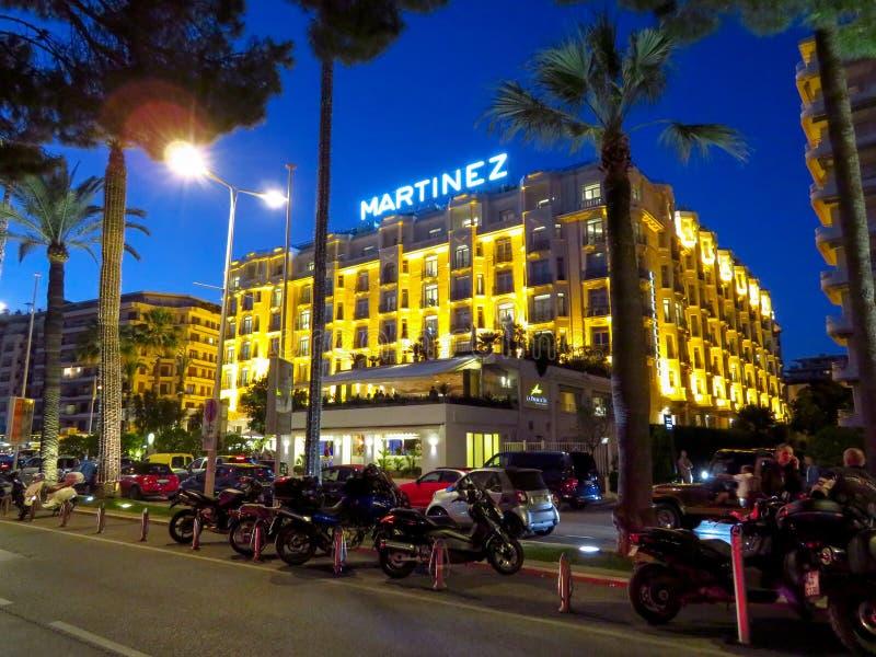 Cannes - vista di notte dell'hotel Martinez fotografia stock libera da diritti