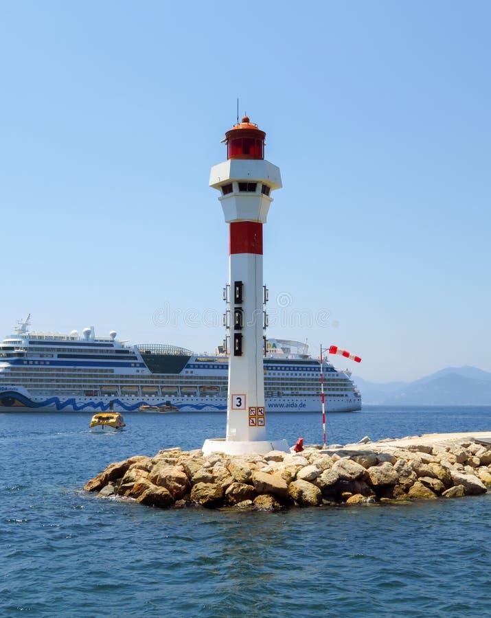 Cannes - Vuurtoren en Cruisevoering royalty-vrije stock foto's