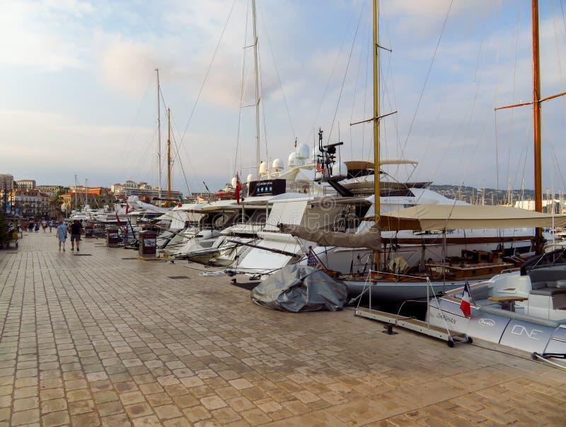 Cannes - yachts ancrés dans le port Le Suquet photos libres de droits