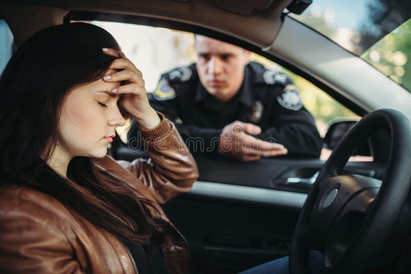 Cannette de fil masculine dans le conducteur femelle de contrôle uniforme sur la route photographie stock libre de droits