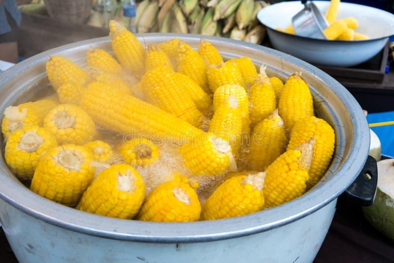 Cannettes de fil de maïs bouillant en eau chaude photographie stock
