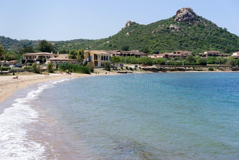 CANNIGIONE, SARDINIA/ITALY - MAJ 17: Plaża przy Cannigione wewnątrz zdjęcie royalty free
