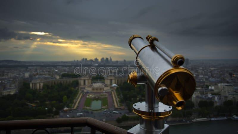 Cannocchiale e vista di Parigi fotografia stock