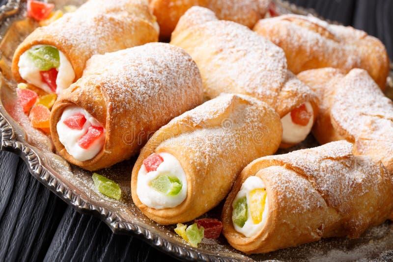 Cannoli delle pasticcerie del ½ del ¿ di Italianï con i clo della crema del formaggio e della frutta candita immagini stock libere da diritti