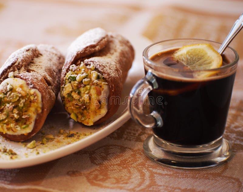 Cannoli hecho en casa dulce relleno con crema del queso del ricotta y el postre siciliano del pistacho Pasteles italianos imagen de archivo libre de regalías