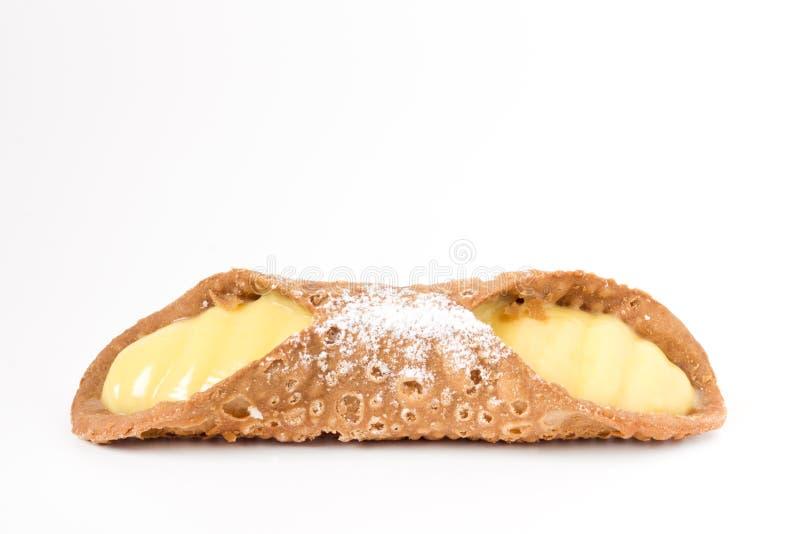 Cannolo siciliano en el fondo blanco fotos de archivo