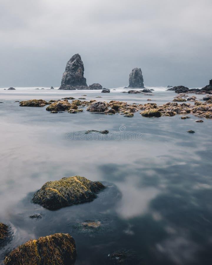 Cannon Beach är en stad i Clatsop County, Oregon, Förenta staterna, med dramatiska väderförhållanden före en regnstorm, turism, T fotografering för bildbyråer