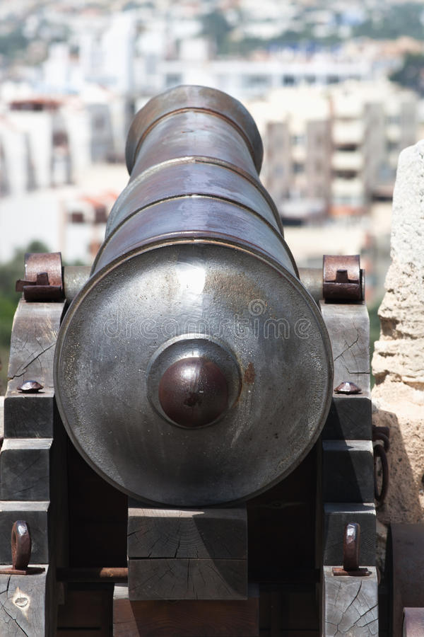 Cannone alla città immagini stock libere da diritti