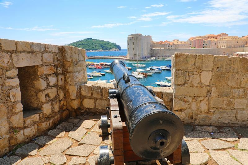 Cannone alle pareti di vecchia città di Ragusa, in Dalmazia, la Croazia, Europa immagini stock libere da diritti