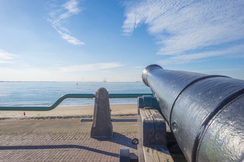 Cannone antico che protegge la costa della città olandese di Vlissingen sotto un cielo blu immagini stock