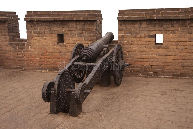 Cannone antico del ferro alle pareti di Ming della citt? cinese antica Ping Yao, provincia di Shanxi, Cina Vecchie istallazioni m immagini stock