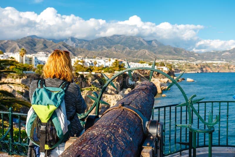 Cannone antico sulla spiaggia di Playa Carabeillo a Nerja, Costa del Sol, Spagna immagini stock libere da diritti
