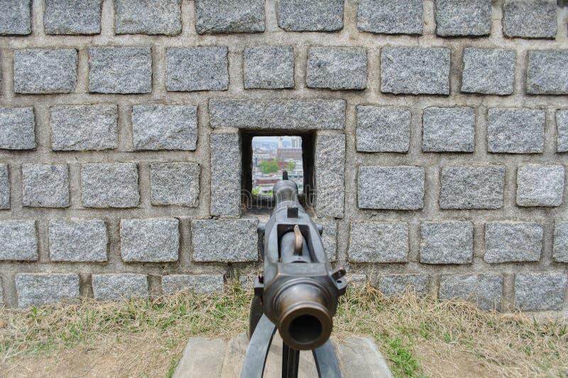 Cannone che tende tramite la parete immagine stock libera da diritti