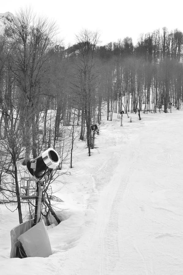 Cannone della neve di fila in montagne fotografia stock libera da diritti