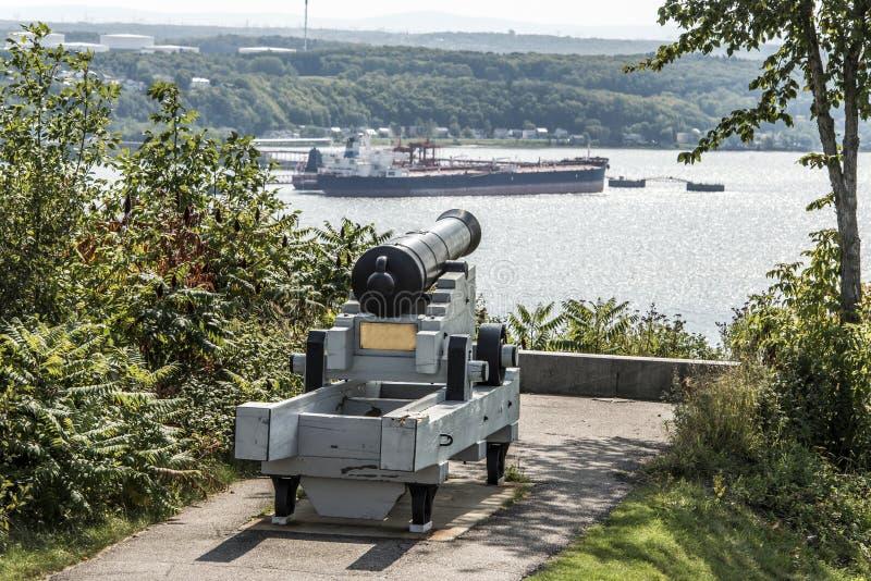 Cannone in plaines Abraham di Québec Canada che domina il fiume San Lorenzo e la raffineria di Jean-Gaulin nella città di Levis immagine stock libera da diritti