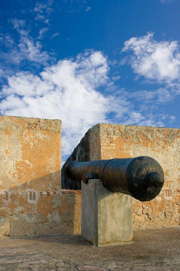 Cannone in una vecchia fortificazione immagini stock libere da diritti
