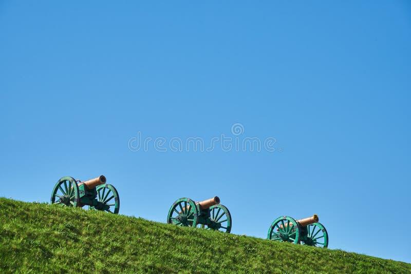 Cannoni bronzei antichi sull'asse della terra immagine stock libera da diritti