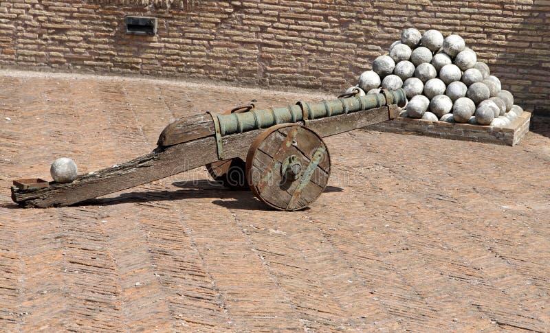 Cannoni bronzei e le palle di cannone di marmo a Castel Sant ' Angelo fotografia stock libera da diritti