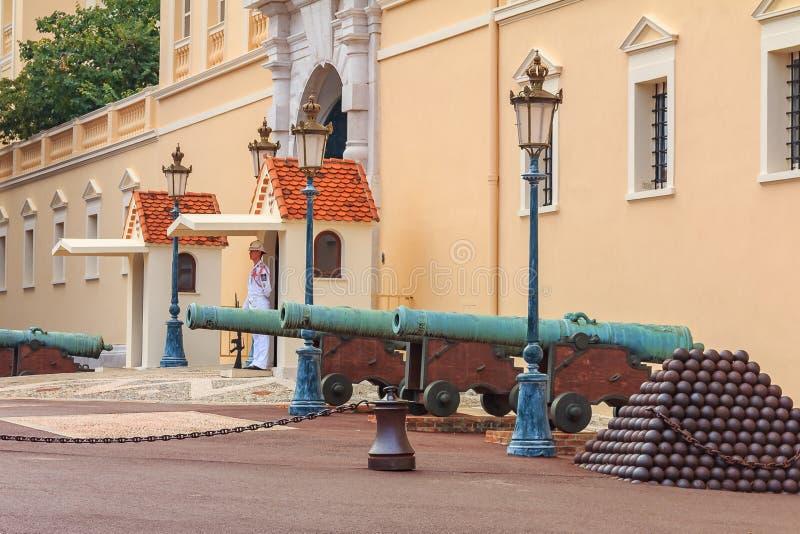 Cannoni e palle di cannone davanti al palazzo del ` s di principe su Pala immagine stock libera da diritti