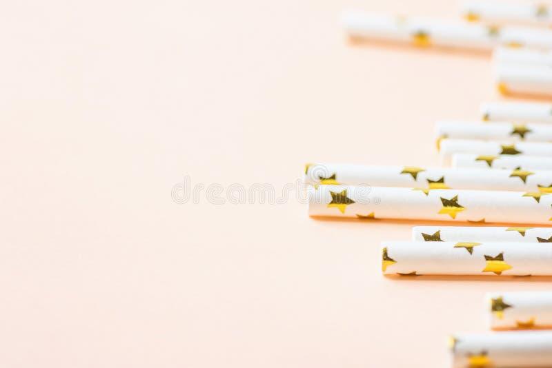 Cannucce eleganti del Libro Bianco con il modello di stelle dorato sparso su fondo rosa Peachy Angolo basso Divertimento della fe fotografie stock