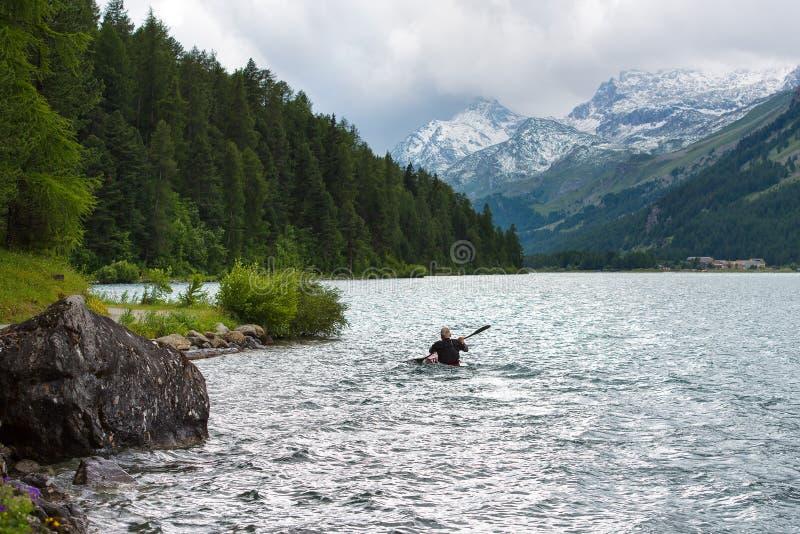 Canoéiste dans le lac des Alpes images libres de droits