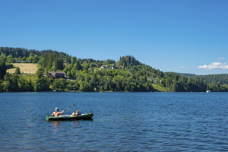 Canoéiste sur le lac Titisee photographie stock libre de droits