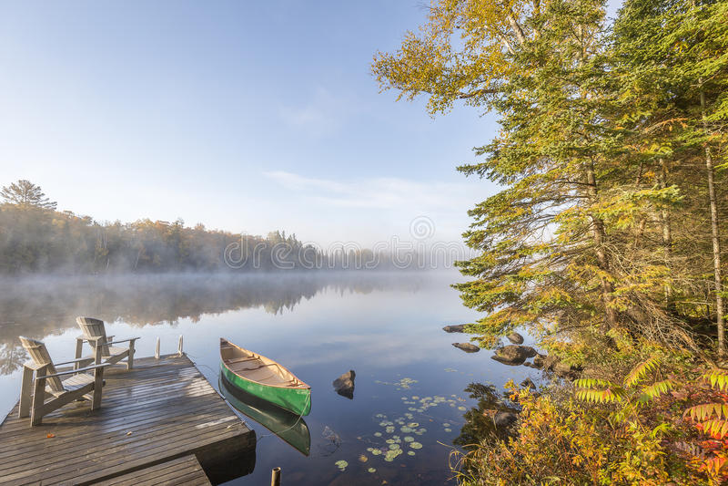 Canoë attaché à un dock à l'aube photos stock