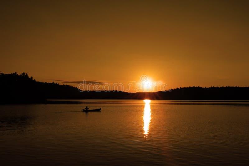 Canoë au coucher du soleil 2 images stock