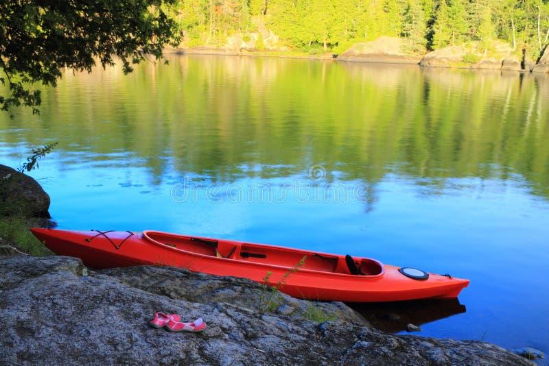 Canoë au lac images stock