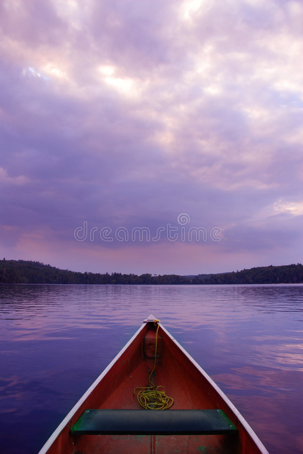 Canoë de coucher du soleil images libres de droits