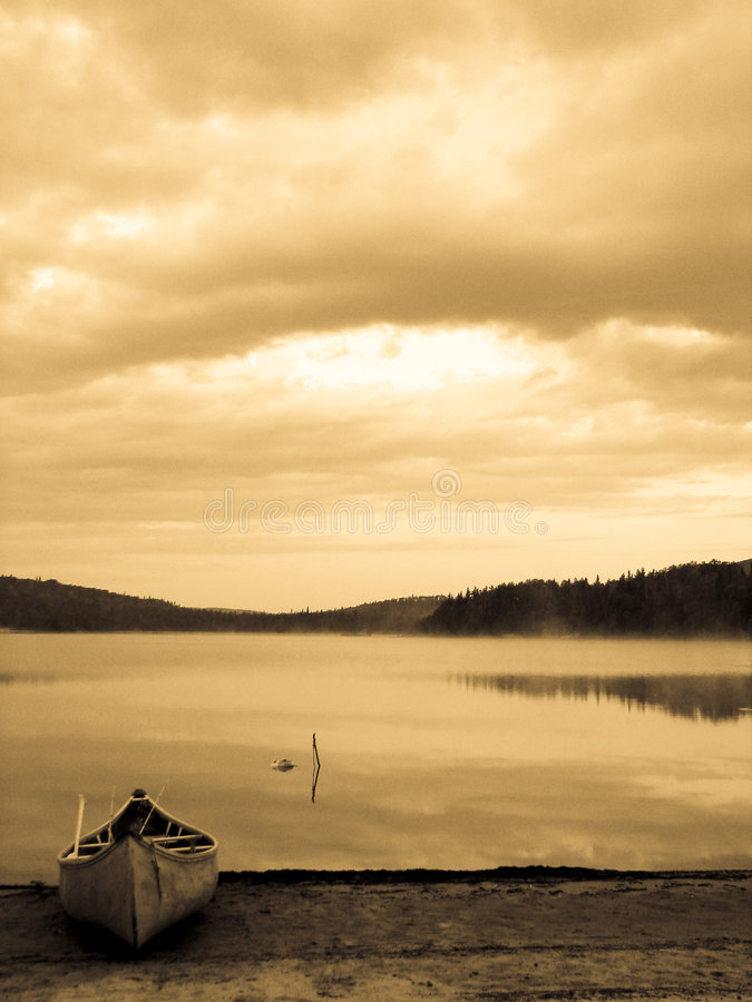 Canoë de cru sur le lac photo stock