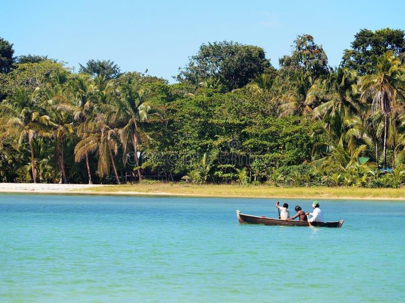Canoë de pirogue près de la plage image libre de droits