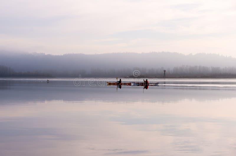 Canoë deux sur le fleuve Columbia dans la vue spectaculaire photos libres de droits