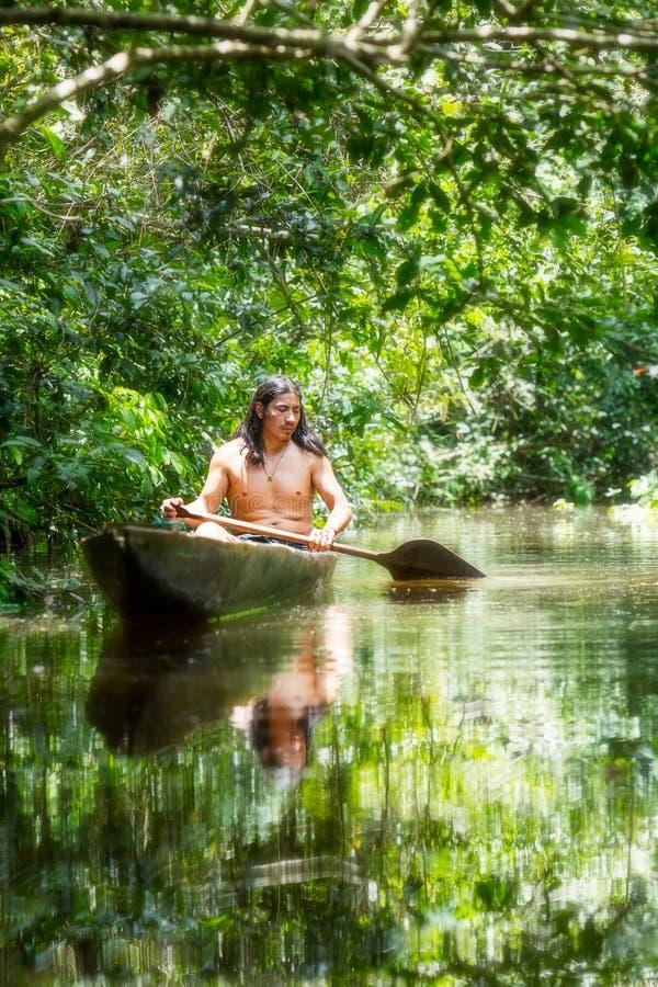 Canoë en bois indigène photographie stock libre de droits