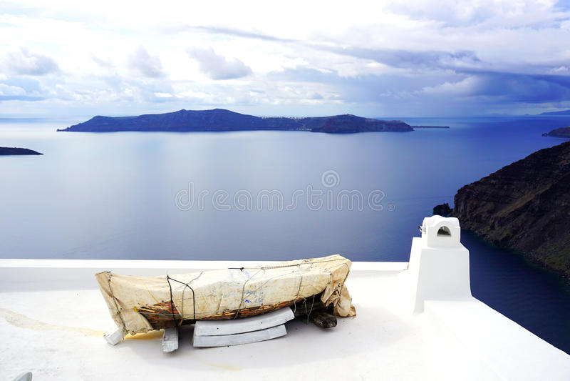Canoë enveloppé dans Santorini, Grèce photo libre de droits