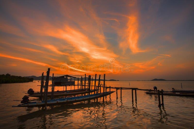 Canoë et coucher du soleil image libre de droits