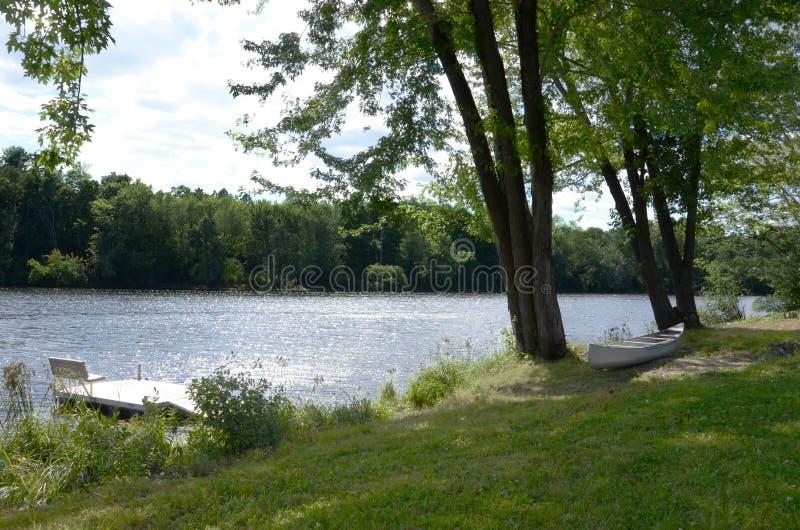 Canoë et fleuve images stock