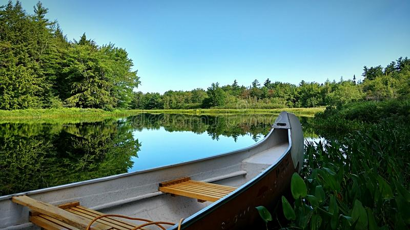 Canoë-kayak dans la solitude et la paix photo stock