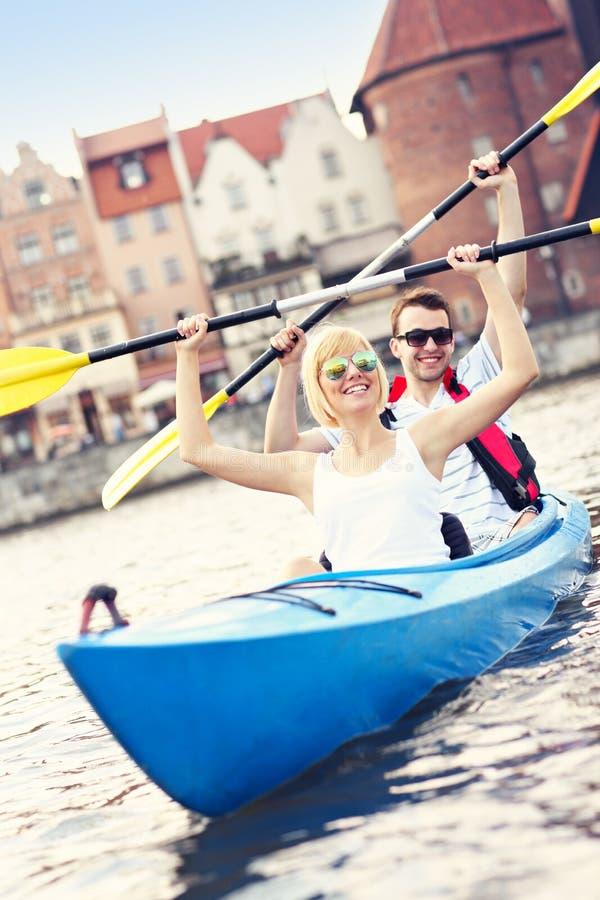 Canoë-kayak de touristes autour de la ville photo stock