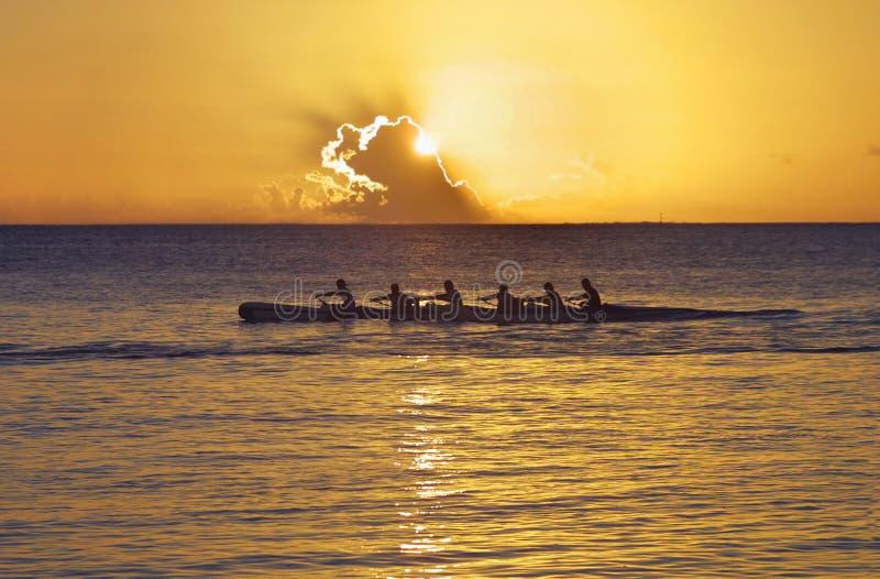 Canoë Pacifique au coucher du soleil photos stock