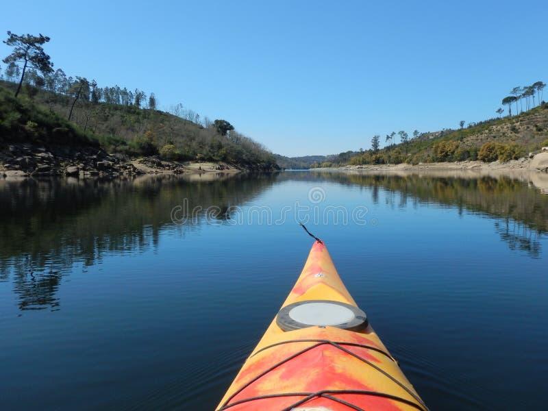 Canoë sur la rivière - Portugal photo stock