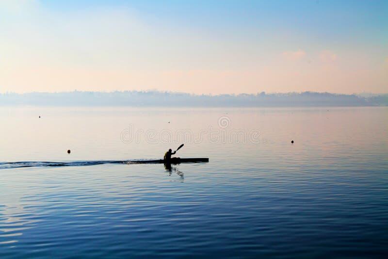 Canoë sur le lac images stock