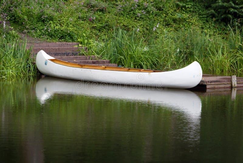 Canoë sur le lac photos stock