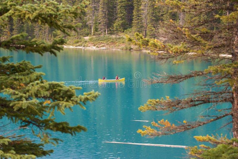 Canoë sur le lac moraine image libre de droits