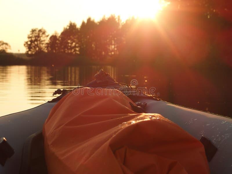 Canoë sur un étang au coucher du soleil photo stock
